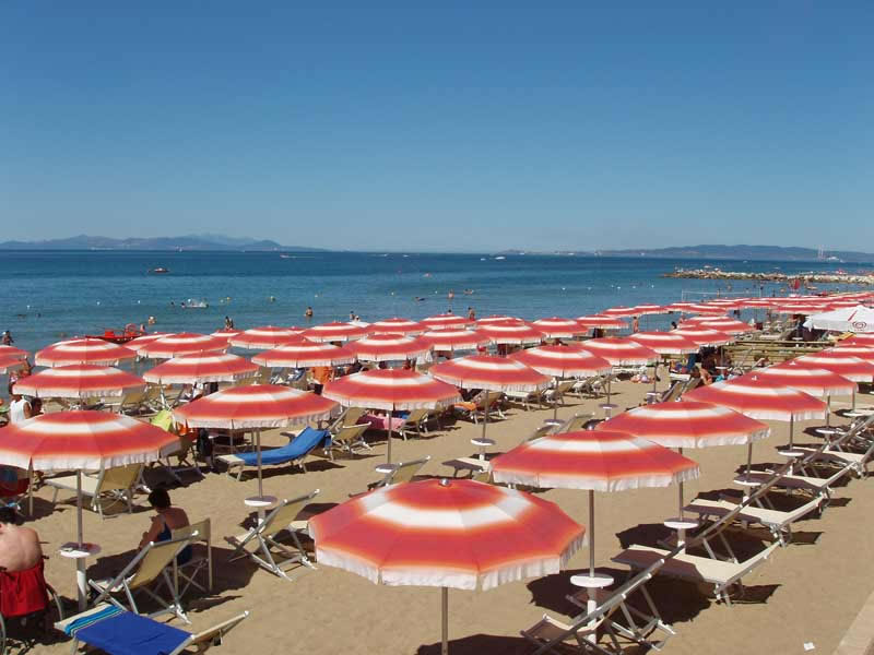Ombrelloni in spiaggia a Follonica per una vacanza al mare sicura