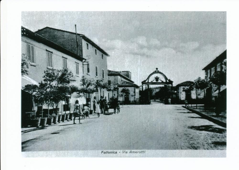foto storica follonica, via amorotti, cancello stabilimenti ilva
