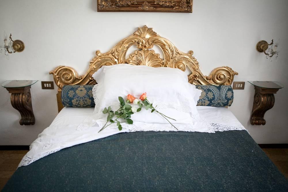 Camera matrimoniale biancheia ricamata in Dimora d'epoca a Follonica