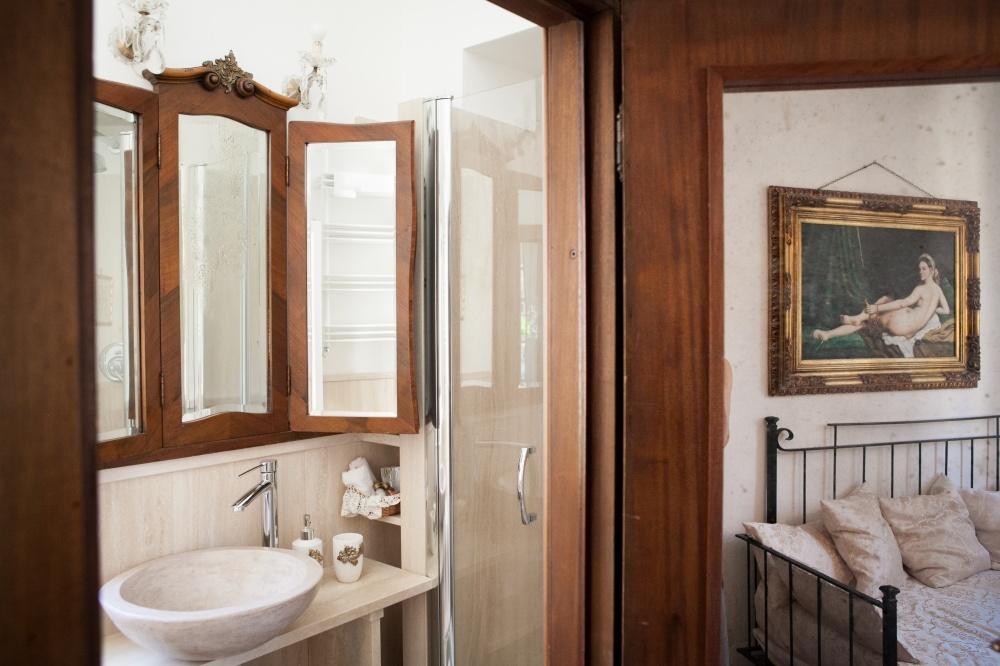 particolare del bagno in travertino della romantic suite, alloggio vacanze in toscana al mare