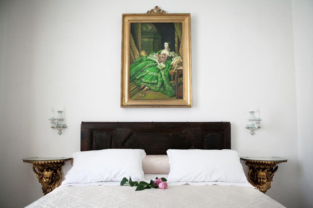 suite in villa toscana per vacanze al mare, particolare della testata del letto
