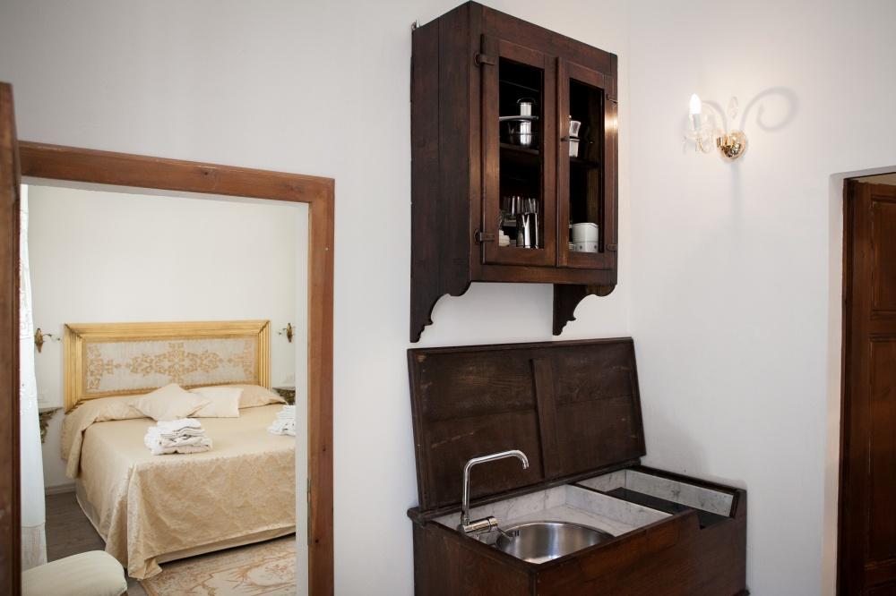 vacanze al mare toscana, particolare camera deluxe con piano cottura in antica madia toscana
